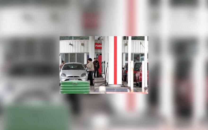 Žmonės pilasi degalus
