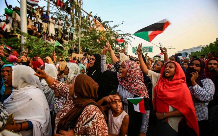 Džiūgaujantys Sudano gyventojai: nuvertėme du prezidentus per dvi dienas