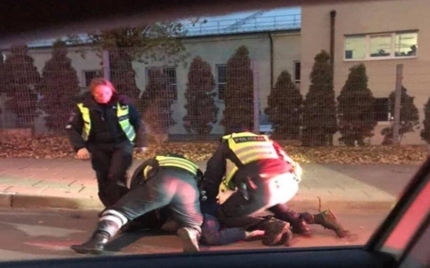 Vairuotojas pasiuntė policininką ir puolė muštis, todėl buvo surakintas ir uždarytas už grotų