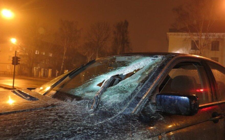 Sudaužyto BMW vairuotojas vokietis, norėjęs iškasti senelio palaikus, naktį kovėsi su apsaugininkais