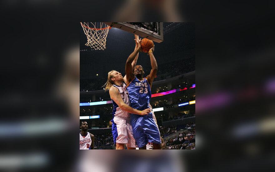 """Chrisas Kamanas (""""Clippers"""") kovoja su Marcusu Camby (""""Nuggets"""")"""