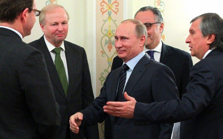 Bobas Dudley (antras iš kairės), Vladimiras Putinas