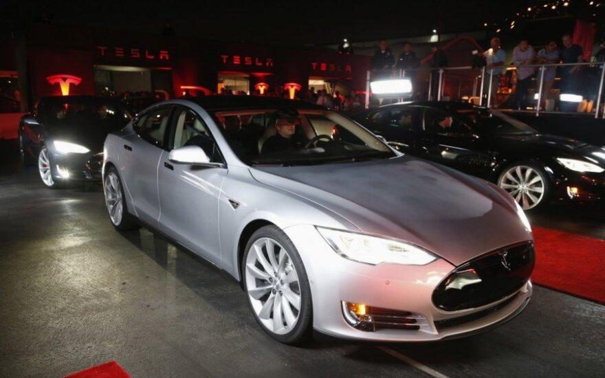 Tesla visų varančiųjų ratų sistemos pristatymas