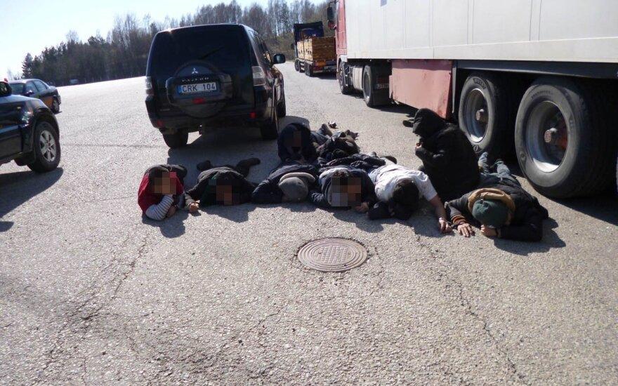 Staigmena vilkiko daiktadėžėse: vairuotojas slėpė 15 migrantų iš Vietnamo