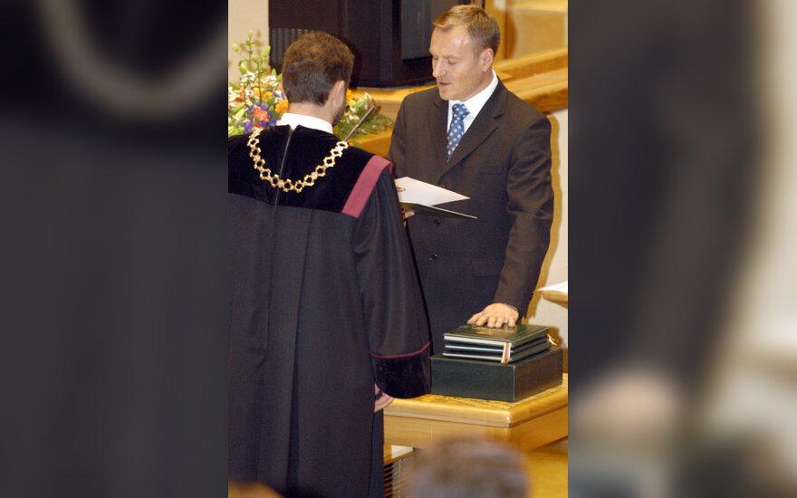 Parlamentaro priesaiką duoda Algis Čaplikas