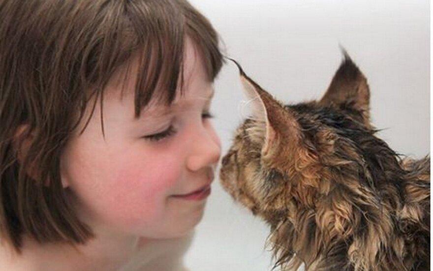 """Katė padeda autizmu <span style=""""color: #c00000;"""">sergančiai mergaitei</span> susidoroti su visomis kliūtimis"""
