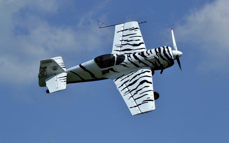 Eltonas Meleckis skrenda Su-26 lėktuvu