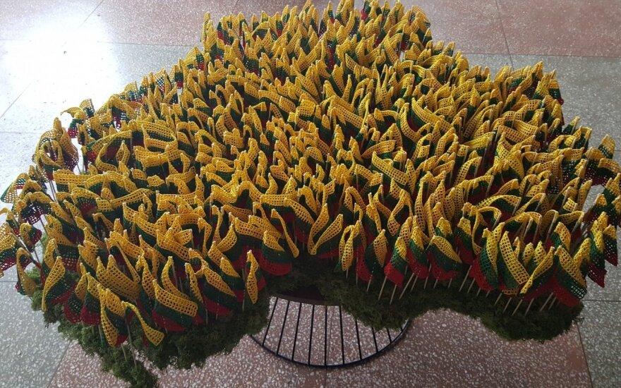 Dovana Lietuvai – 650 vąšeliu nertų tautinių vėliavėlių