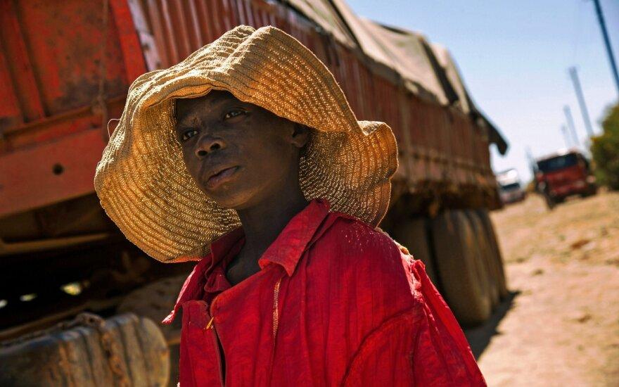Vaikas keliauja į darbą kobalto kasykloje