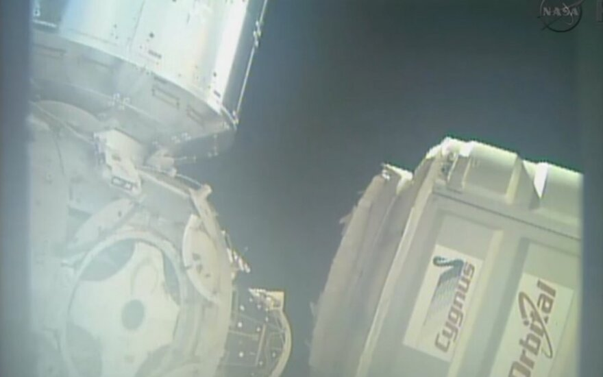 """""""Cygnus"""" kapsulė pagauta TKS robotinės rankos"""