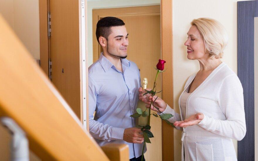 Su daug vyresnėmis moterimis susitikinėję vyrai atskleidė tokių santykių privalumus