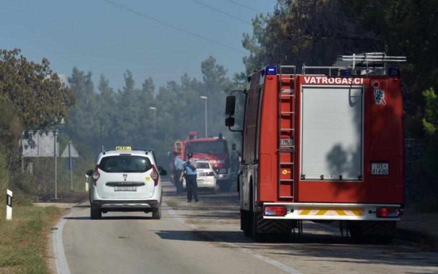 Kroatijos saloje kilus miško gaisrui evakuoti tūkstančiai turistų