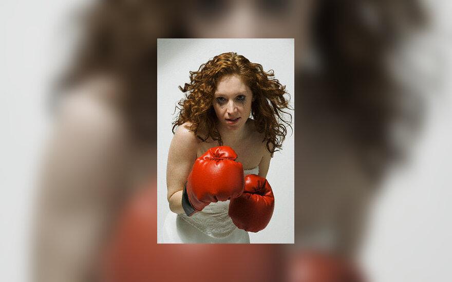 Moteris, konfliktas, boksas