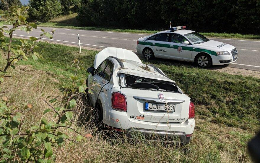 """Vairuotoja nesuvaldė mašinos – visiškai sumaitotas dar vienas """"CityBee"""" automobilis"""