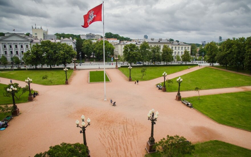 Vytį Lukiškių aikštėje regintiems visuomenininkams – Seimo tūpsnis