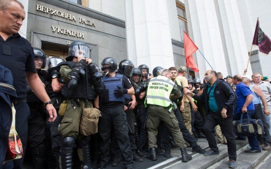 Ukrainoje – protestuotojų susirėmimai su pareigūnais