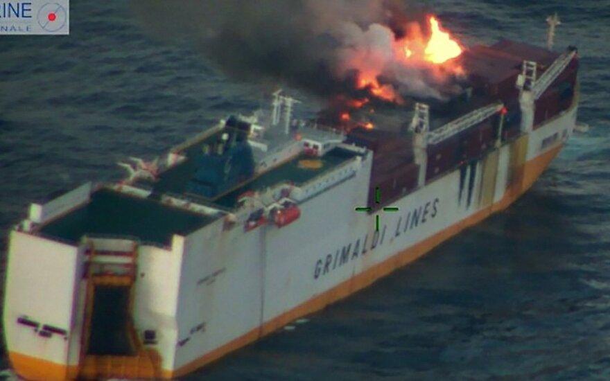 Prancūzijos krantų link juda iš nuskendusio laivo išsiliejusios naftos dėmė