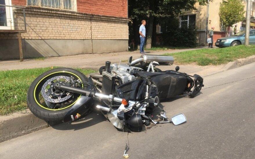Po susidūrimo su taksi Kaune sunkiai sužalotas motociklininkas