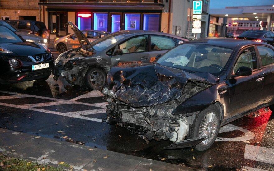 Pavežėja sostinėje sukėlė avariją – įmonė per parą neteko dviejų automobilių