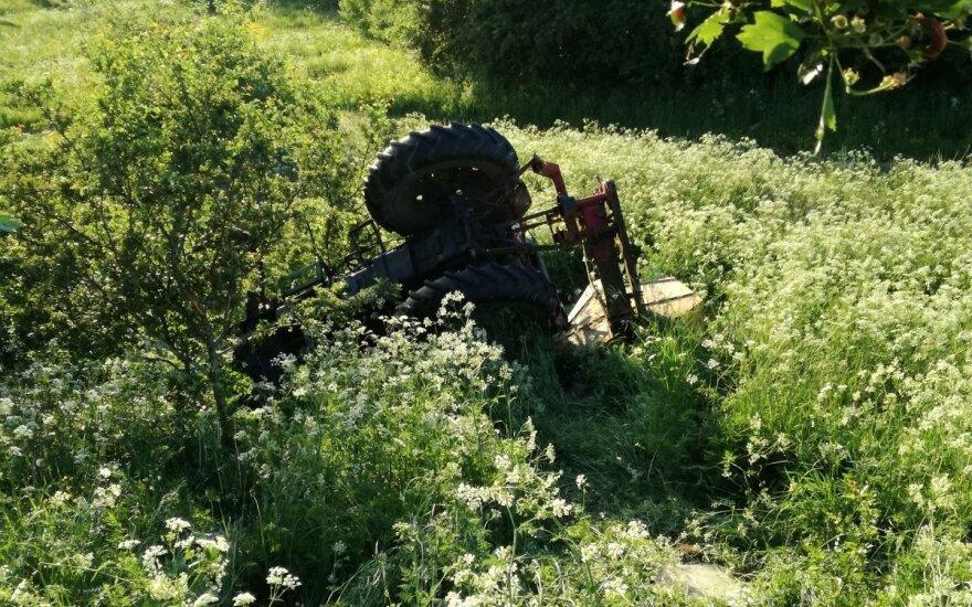 Laukuose apvirto visiškai girto vyro vairuojamas traktorius