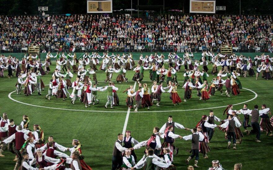 Dainų šventė tęsiasi: tūkstančiai stebėjo gražiausius lietuvių liaudies šokius