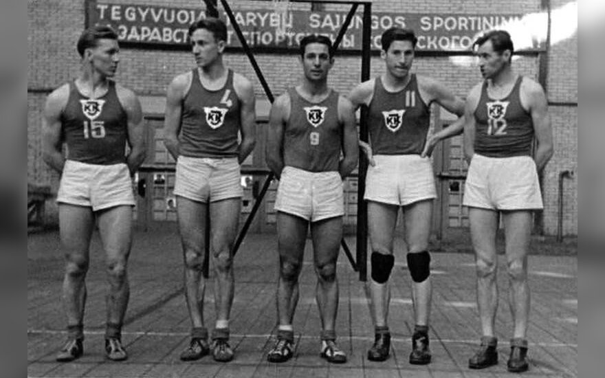 Lithuanian Kazimieras Petkevičius (15), Stepas Butautas (4), Justinas Lagunavičius (9), Vincas Sercevičius (11), Vytautas Kulakauskas (12). Photo courtesy of the Kaunas library.