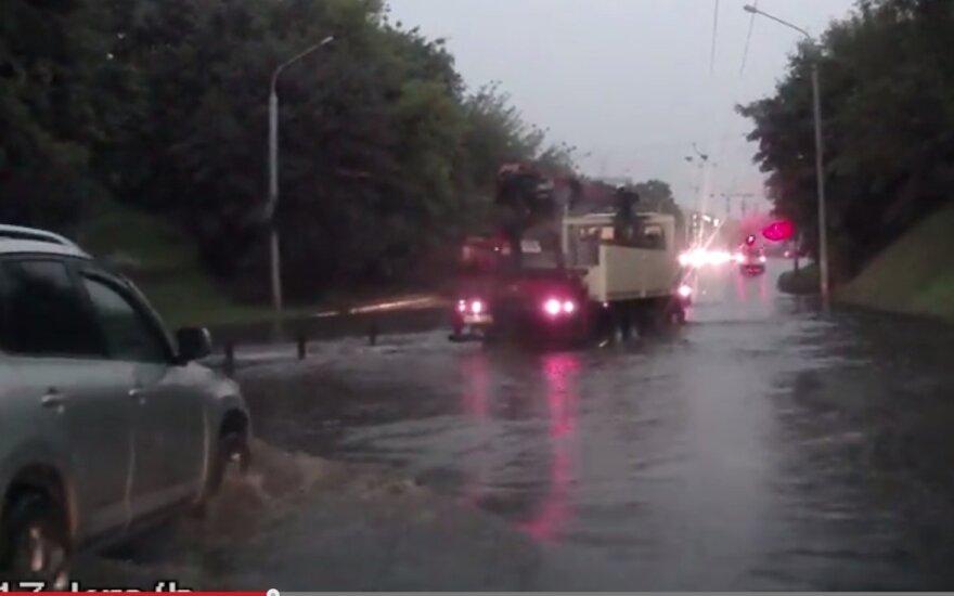 Skaitytojo automobilio registratorius užfiksavo nardymą Vilniaus gatve