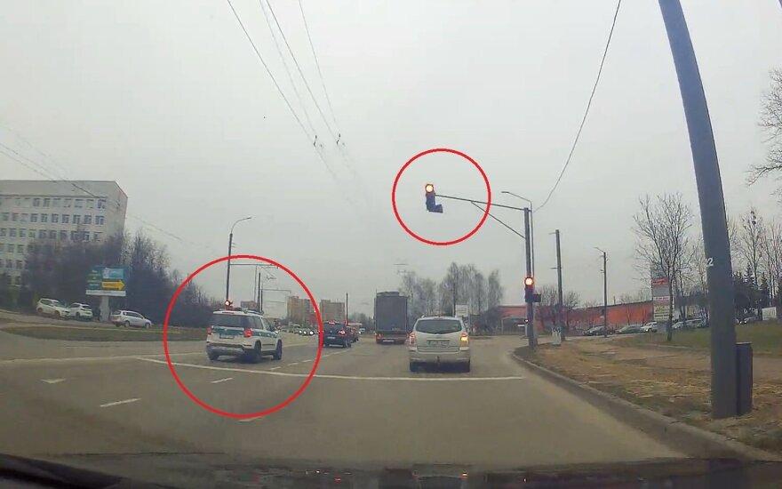 Policijos pareigūnai nepaisė raudonos šviesos signalo