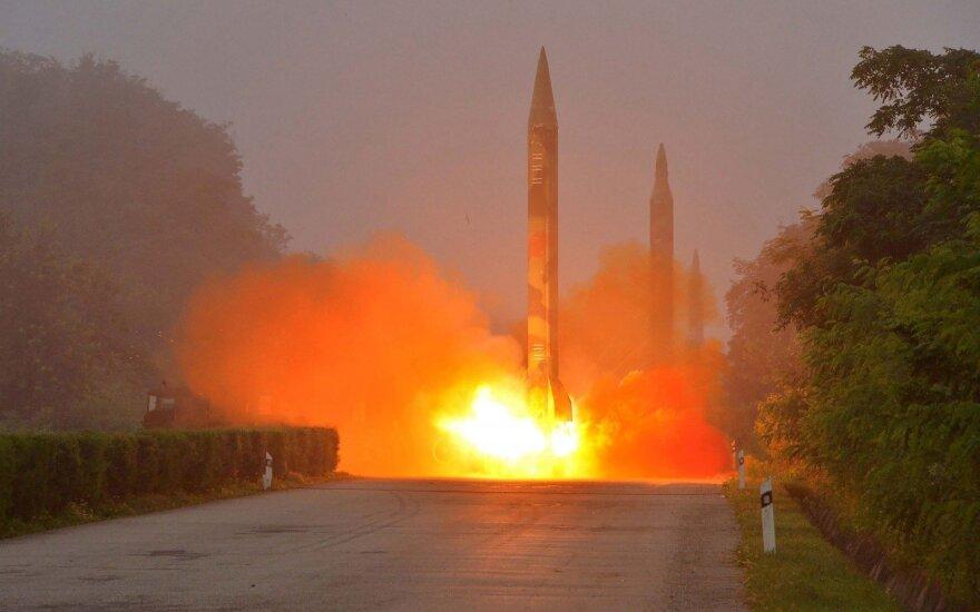 Trys Šiaurės Korėjos paleistos raketos nukrito Japonijos vandenyse