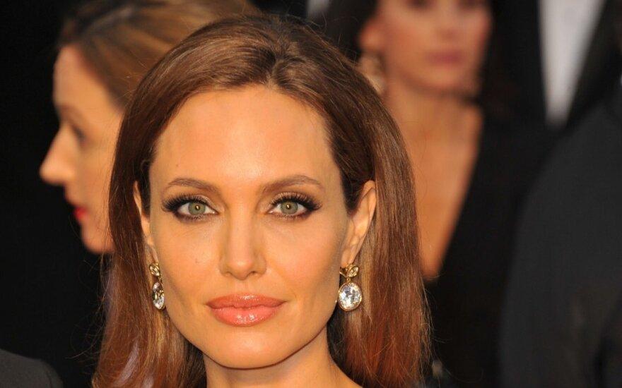 A. Jolie dėstys Londono ekonomikos mokykloje
