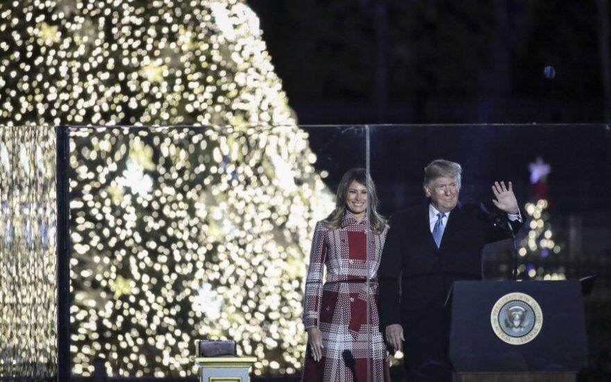 Trumpas su žmona įžiebė pagrindinę JAV Kalėdų eglę