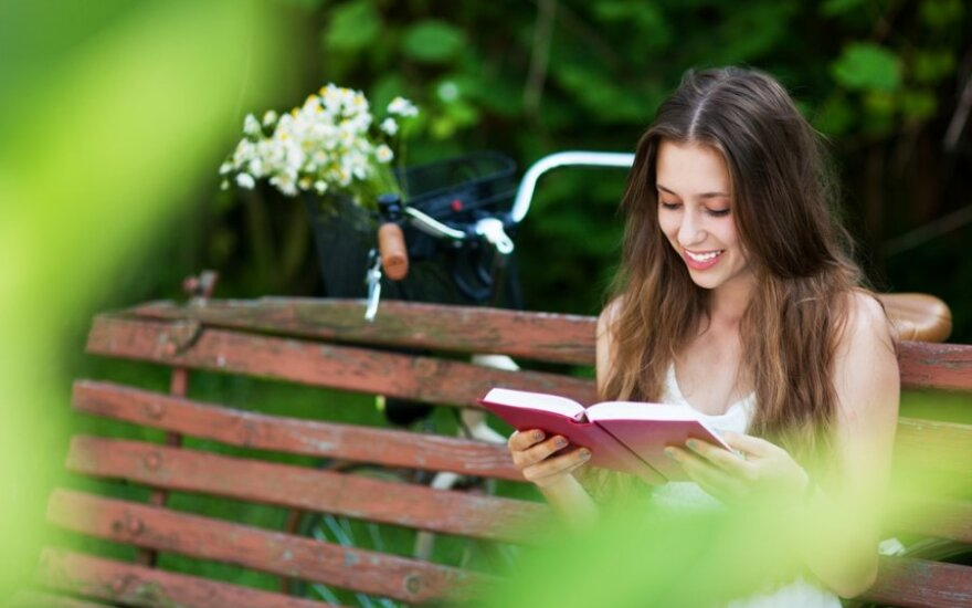 Mergina skaito