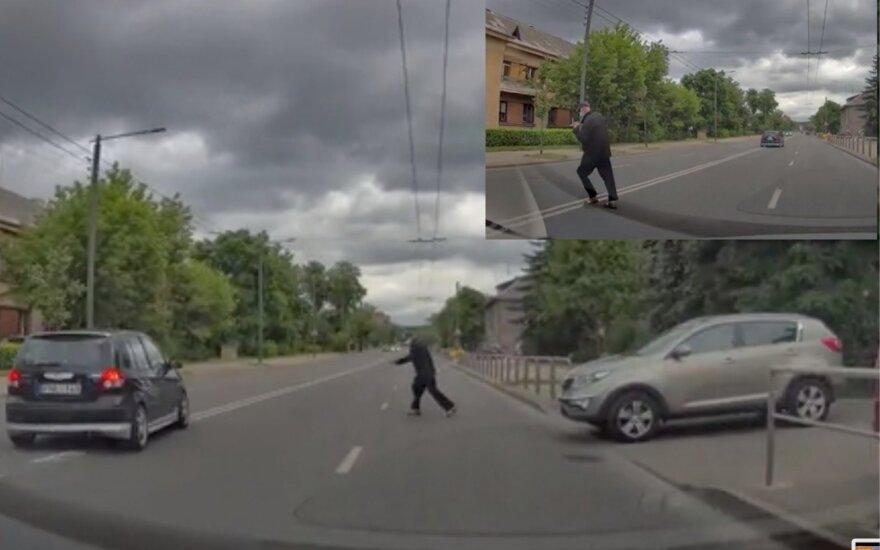 Kaunietis užfiksavo pavojingą situaciją Petrašiūnuose: girtas vyras iššoko prieš pat automobilį