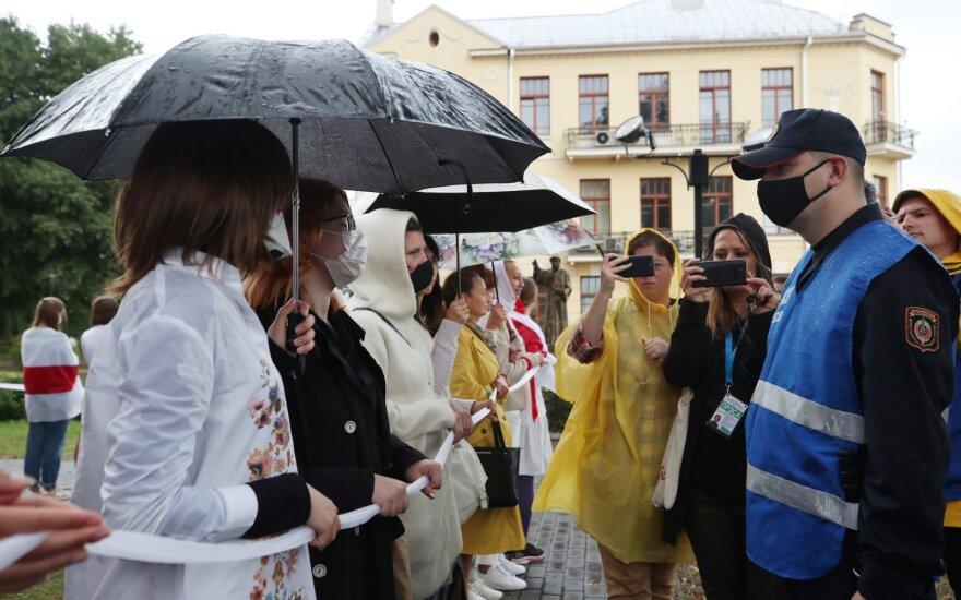 Moterys solidarumo grandine apjuosė bažnyčią Minske