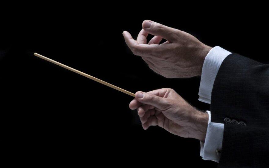 Kultūros departamento vadovas pasipiktino nugara į publiką stovinčiu dirigentu