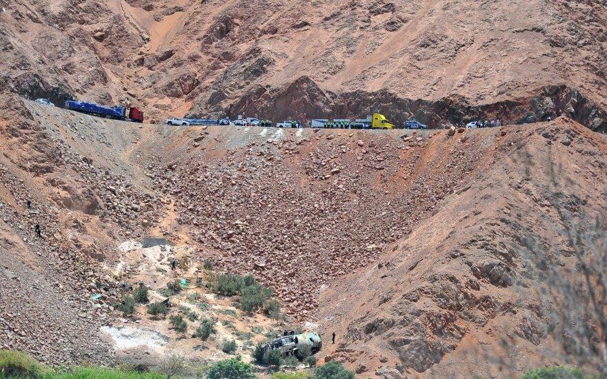 Nuo 200 metrų aukščio skardžio nulėkus autobusui žuvo mažiausiai 44 žmonės