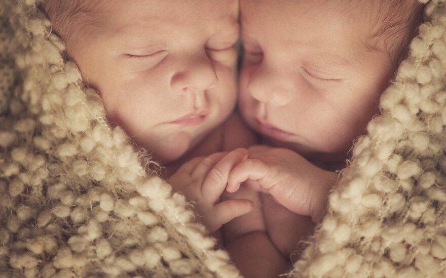 Arizonoje skirtingais metais gimę dvyniai nustebino ir tėvus, ir gydytojus