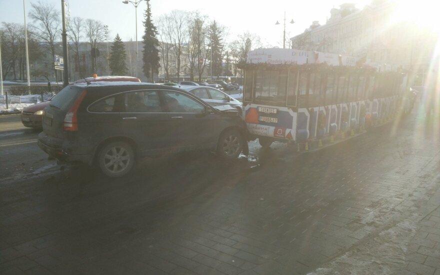 Merginos vairuojamas automobilis rėžėsi į Kalėdinį traukinuką