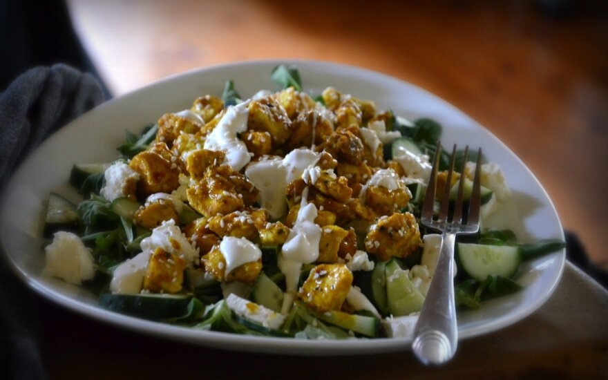 Karštos salotos su vištiena ir feta