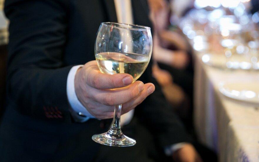 Ištyrė, kaip dažnai ir kiek tiksliai geria lietuviai