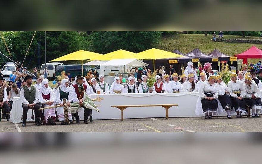 """Folkloro festivalis """"Saulelė raudona"""" ir regioninė dainų šventė užbūrė Plungės lankytojus"""