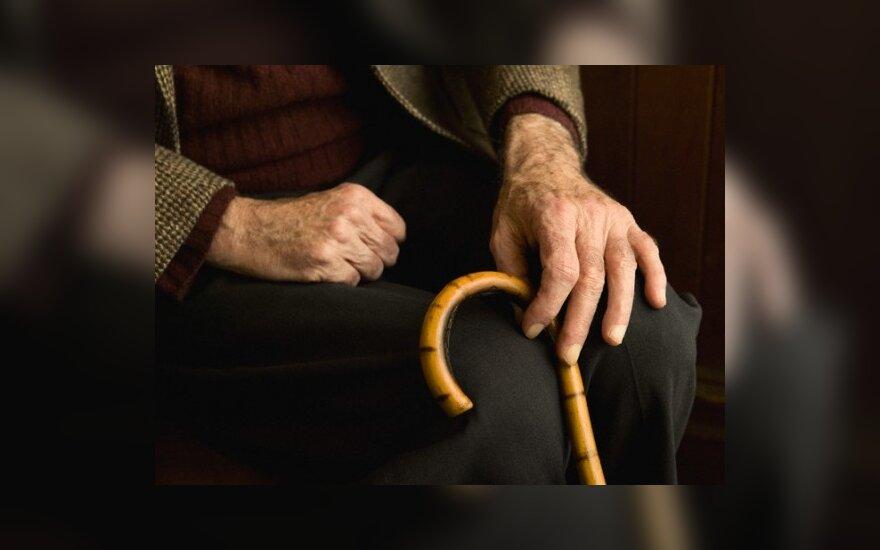 Nepilnametis apvogė autobuso stotelėje sėdėjusią senolę