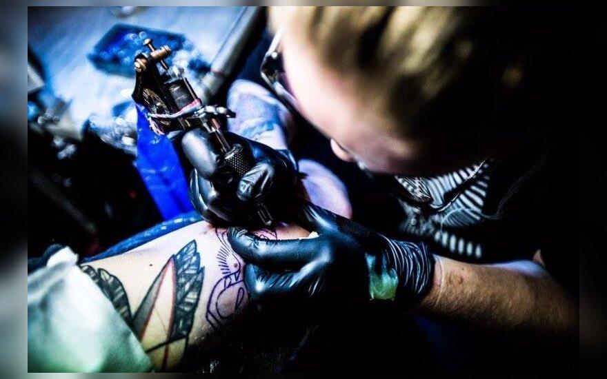 Anksčiau pagal tai atpažindavo kalinius, dabar nori visi: mitai ir tiesa apie tatuiruotes