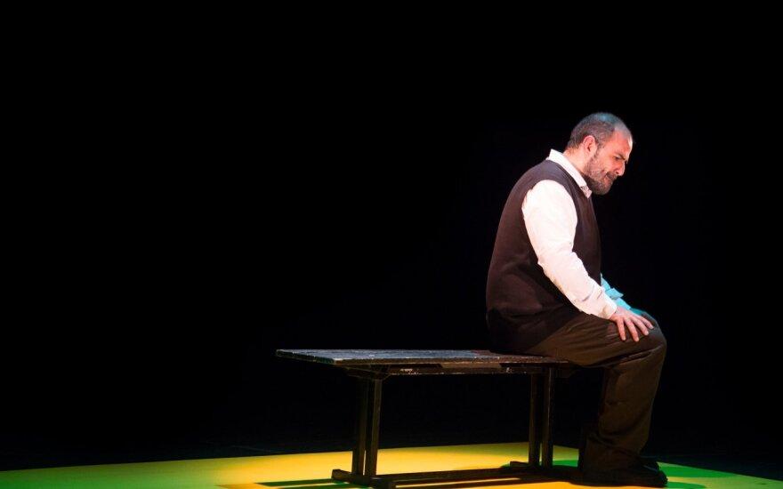 """Garsaus palestiniečių poeto Tahos Muhammado Ali istoriją scenoje meistriškai perteikia aktorius, pjesės """"Taha. Poeto gyvenimas"""" autorius Ameras Hlehelis."""