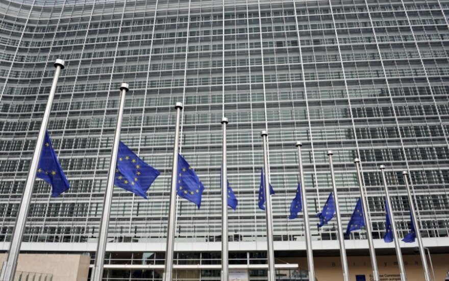 EC congratulates Lithuania on euro membership with Berlaymont banner