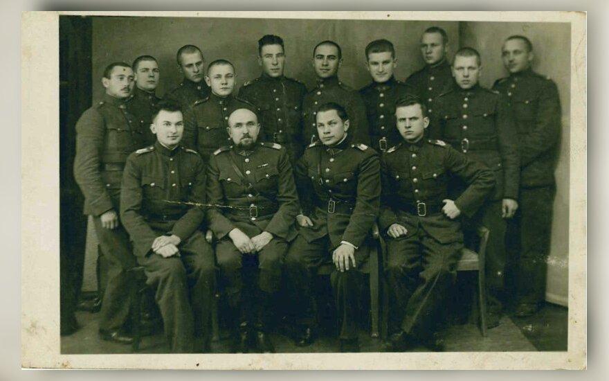 Šeštojo pėstininkų Pilėnų kunigaikščio Margirio pulko vyresnieji karininkai ir puskarininkiai. Pirmoje eilėje pirmas iš dešinės sėdi 1941 metų Birželio sukilimo dalyvis karys sukilėlis Eduardas Grabauskas. Tikėtina, šioje nuotraukoje yra ir daugiau būsimų sukilėlių. 1940 m. Eugenijaus Butkaus archyvas