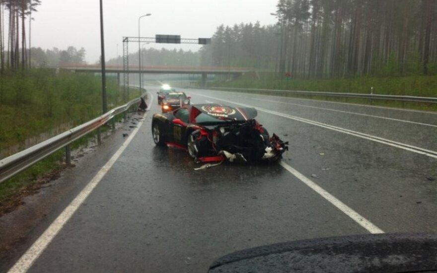 """Latvijos kelyje avariją patyrė prabangus """"Ferrari"""", turėjęs atvykti ir į Vilnių"""