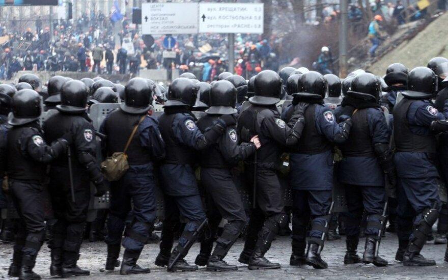 Ukraina: pareigūnams išduoti koviniai ginklai, pranešama apie 100 aukų