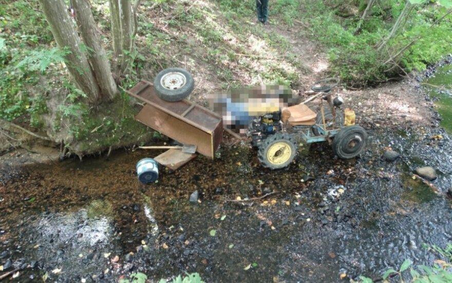 Savadarbiu traktoriumi į mišką važiavęs vyras žuvo, jį surado sūnus