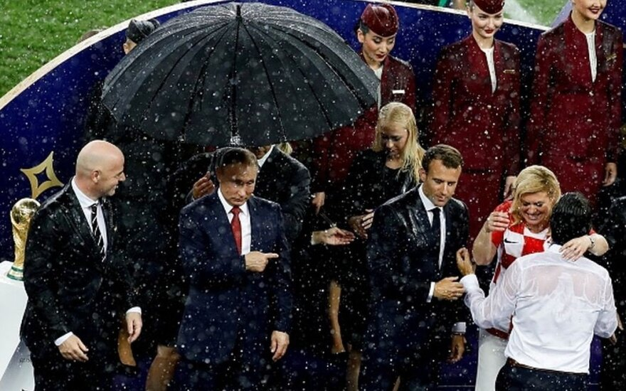 Protokolo žinovas gėdina Rusiją: Putinui turėjo atitekti ne pirmas, o tik trečias skėtis
